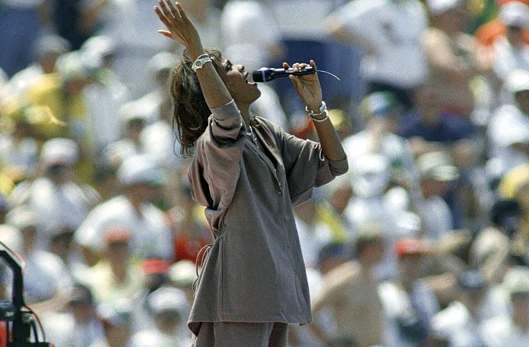 Whitney cantou na final entre Brasil e Itália na Copa do Mundo dos Estados Unidos, em 1994.