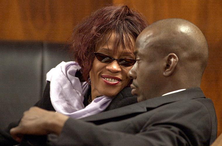 Whitney acompanha o marido no tribunal. Em novembro de 2002, Bobby Brown foi preso por porte de drogas.
