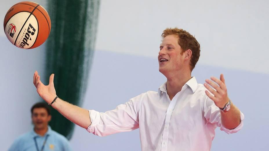 Príncipe Harry joga basquete em escola e lançam projeto esportivo às vésperas dos Jogos Olímpicos