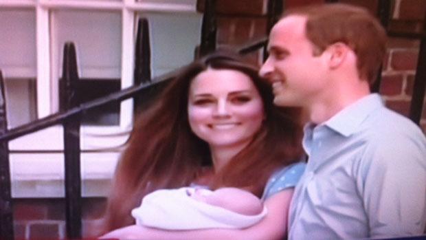 Bebê real aparece no colo dos pais