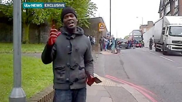 Homem é filmado ainda com faca ensanguentada nas mãos, depois de ataque a soldado em Woolwich, Londres