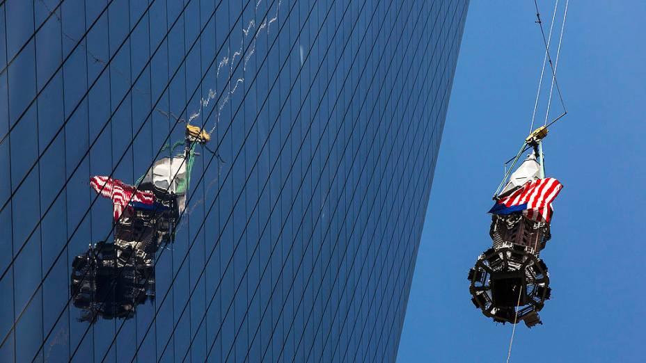 Peça final de torre One World Trade Center é levantada até o topo do prédio, metalúrgicos vão concluir a instalação da torre, que pesa cerca de 800 toneladas  e está a 122 metros de altura