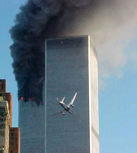 Momento em que o Boeing 767-222 do voo 175 da United Airlines se aproxima da torre sul do World Trade Center, durante o ataque terrorista de 11 de setembro de 2001, em Nova York