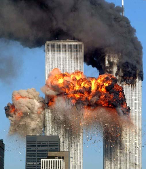 Momento após a colisão do Boeing 767-222 do voo 175 da United Airlines na torre sul do World Trade Center, durante o ataque terrorista de 11 de setembro de 2001, em Nova York