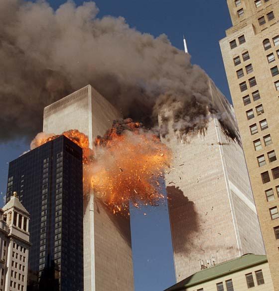 As torres gêmeas do World Trade Center durante o ataque terrorista de 11 de setembro de 2001, em Nova York