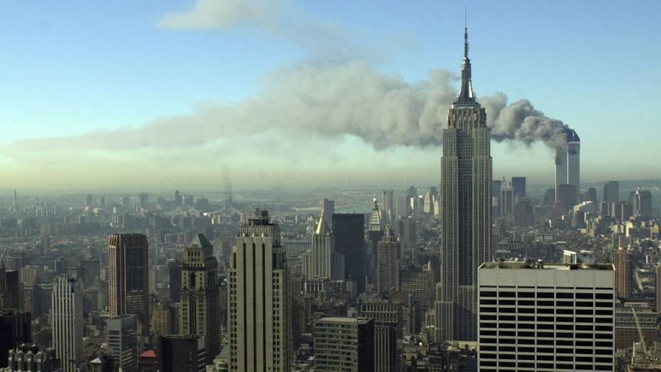 Vista das torres gêmeas do World Trade Center durante o ataque terrorista de 11 de setembro de 2001, em Nova York