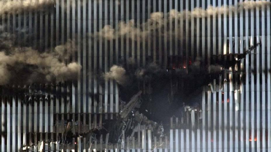 A torre norte do World Trade Center durante o ataque terrorista de 11 de setembro de 2001, em Nova York