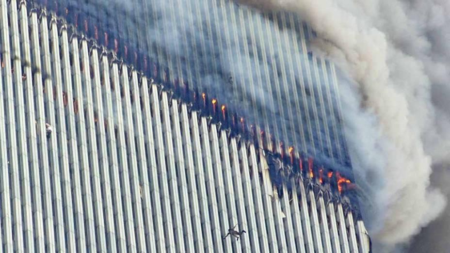 Pessoa salta da torre norte, a primeira a ser atingida, durante o ataque terrorista de 11 de setembro de 2001, em Nova York