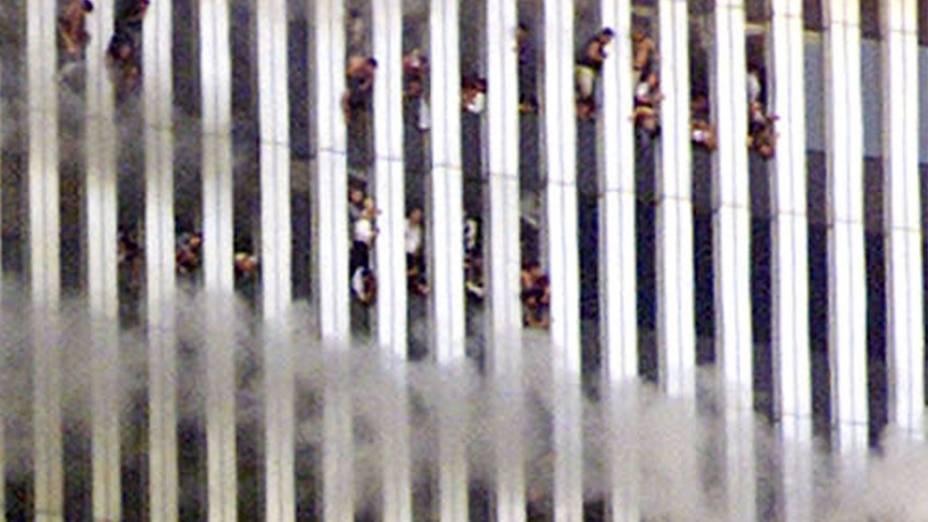 Pessoas nas janelas da torre norte, a primeira a ser atingida, durante o ataque terrorista de 11 de setembro de 2001, em Nova York