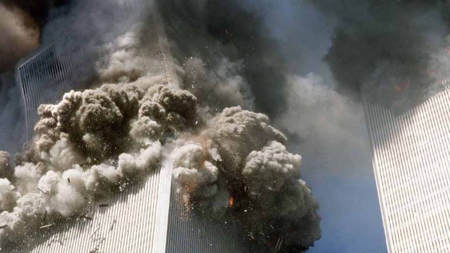 Imagem da queda da torre sul do World Trade Center, no ataque terrorista de 11 de setembro de 2001, em Nova York