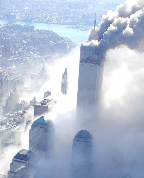 Imagem de uma das torres do World Trade Center durante o ataque terrorista de 11 de setembro de 2001, em Nova York