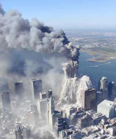 Imagem da queda da primeira torre do World Trade Center, no ataque terrorista de 11 de setembro de 2001, em Nova York