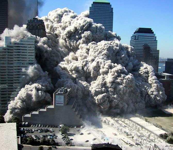 Nuvem espessa de poeira após a queda das torres gêmeas do World Trade Center, no ataque terrorista de 11 de setembro de 2001, em Nova York