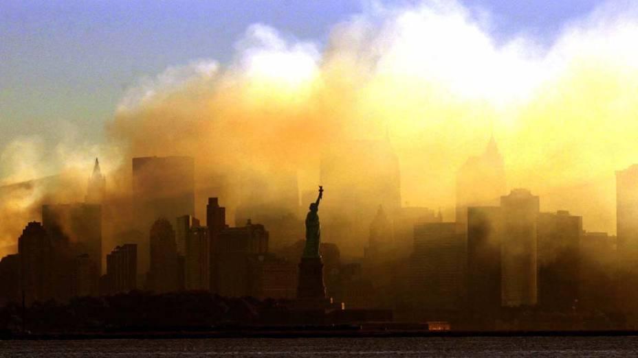 Vista da Estátua da Liberdade dias após o ataque terrorista de 11 de setembro de 2001, em Nova York