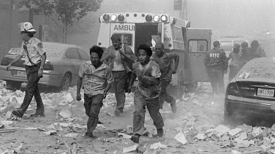 Pessoas nas ruas após a queda das torres gêmeas do World Trade Center, no ataque terrorista de 11 de setembro de 2001, em Nova York