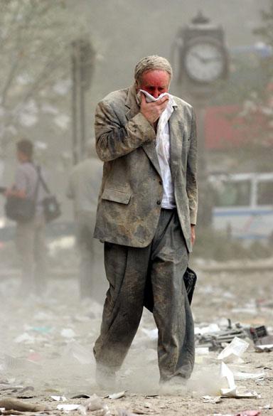 Senhor caminha após a queda das torres gêmeas do World Trade Center, no ataque terrorista de 11 de setembro de 2001, em Nova York
