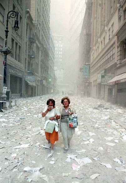 Mulheres em rua próxima a Wall Street após a queda das torres gêmeas do World Trade Center, no ataque terrorista de 11 de setembro de 2001, em Nova York