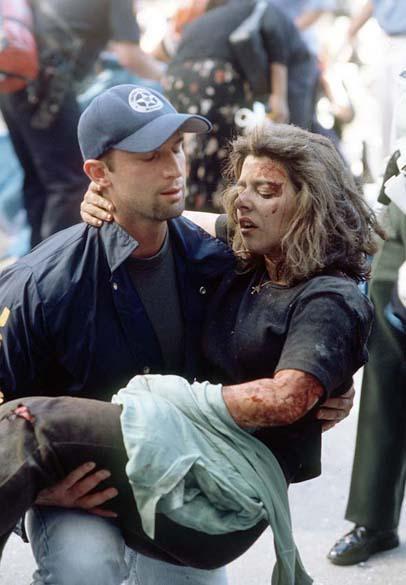 Mulher é socorrida após a queda das torres gêmeas do World Trade Center, no ataque terrorista de 11 de setembro de 2001, em Nova York
