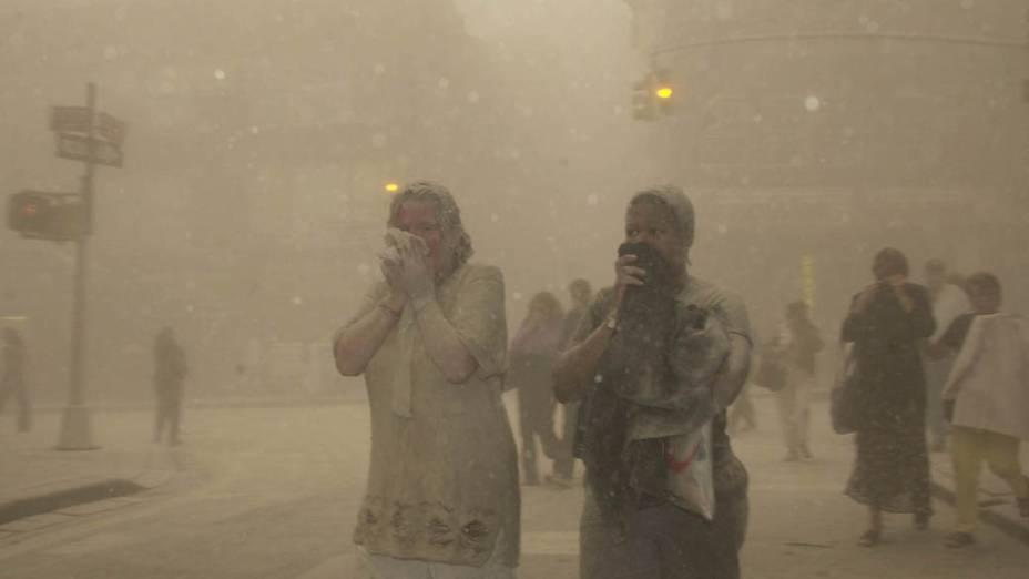Pedestres em meio a poeira após a queda das torres gêmeas do World Trade Center, no ataque terrorista de 11 de setembro de 2001, em Nova York