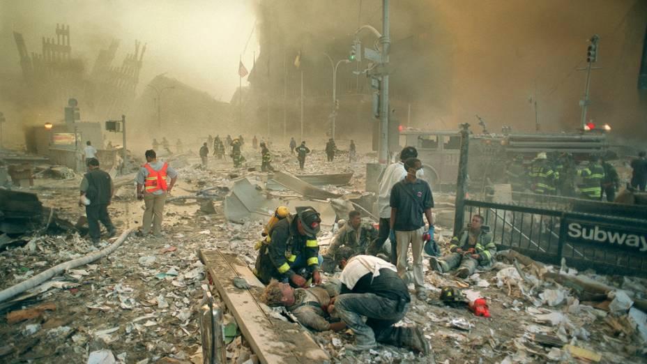 Bombeiros e paramédicos socorrem vítimas após o ataque terrorista de 11 de setembro de 2001, em Nova York