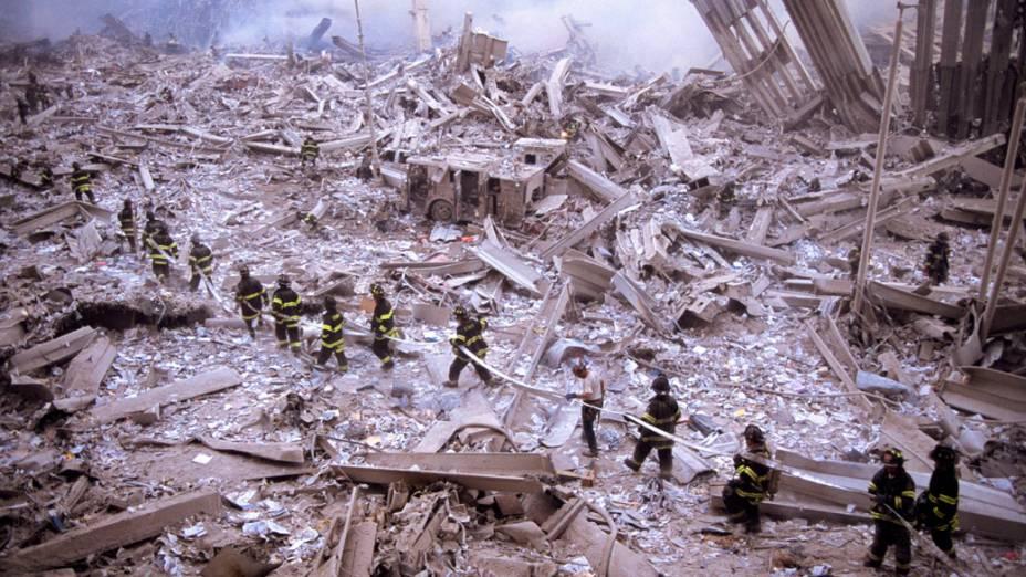 Bombeiros trabalham em meio aos destroços do World Trade Center após o ataque terrorista de 11 de setembro de 2001, em Nova York