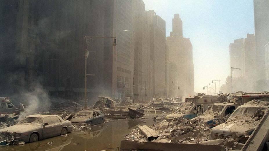 Escombros pelas ruas de Manhattan após o ataque terrorista de 11 de setembro de 2001, em Nova York