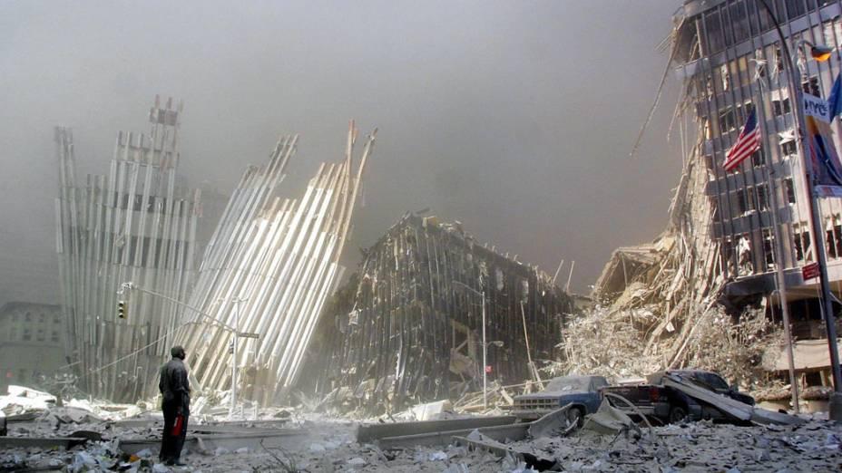 Homem observa os destroços do World Trade Center após o ataque terrorista de 11 de setembro de 2001, em Nova York