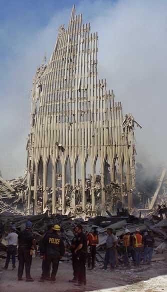 Equipe de resgate próxima aos destroços do World Trade Center após o ataque terrorista de 11 de setembro de 2001, em Nova York