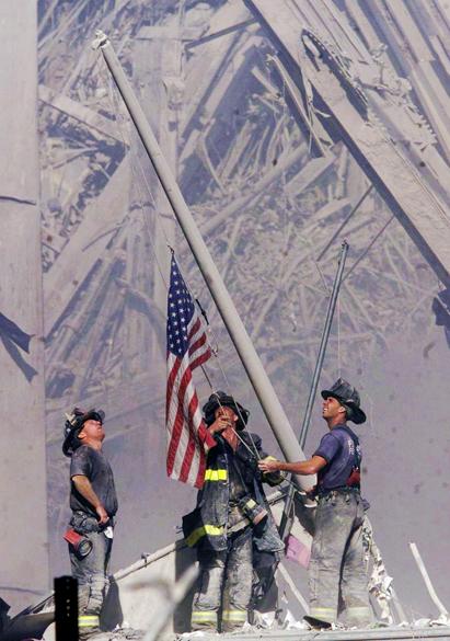 Bombeiros em meio aos destroços do World Trade Center após o ataque terrorista de 11 de setembro de 2001, em Nova York