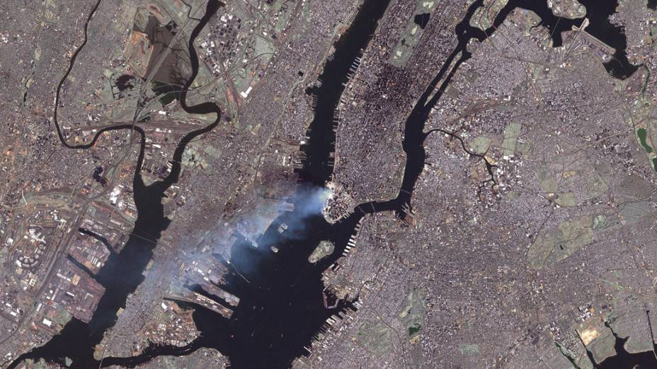 Em imagem tirada pelo satélite do Serviço Geológico americano, a região do World Trade Center após o ataque terrorista 11 de setembro de 2001, em Nova York