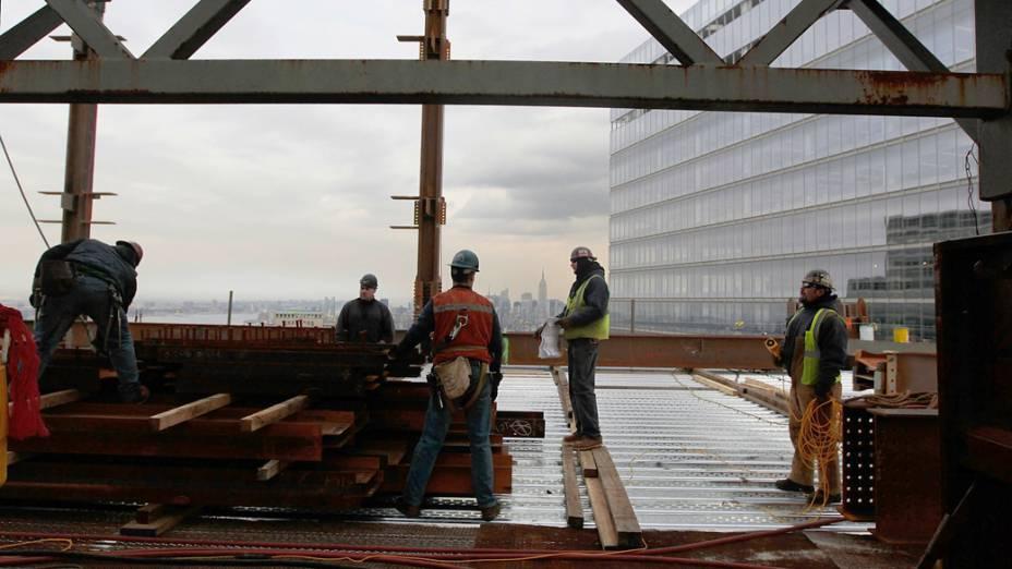 Trabalhadores no topo da construção do One World Trade Center em Nova York