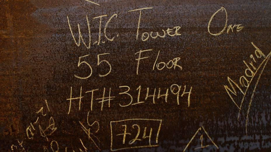 Placa de aço indicando o 55º andar na construção do One World Trade Center em Nova York