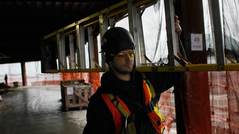 Trabalhador no 49º andar do One World Trade Center em Nova York