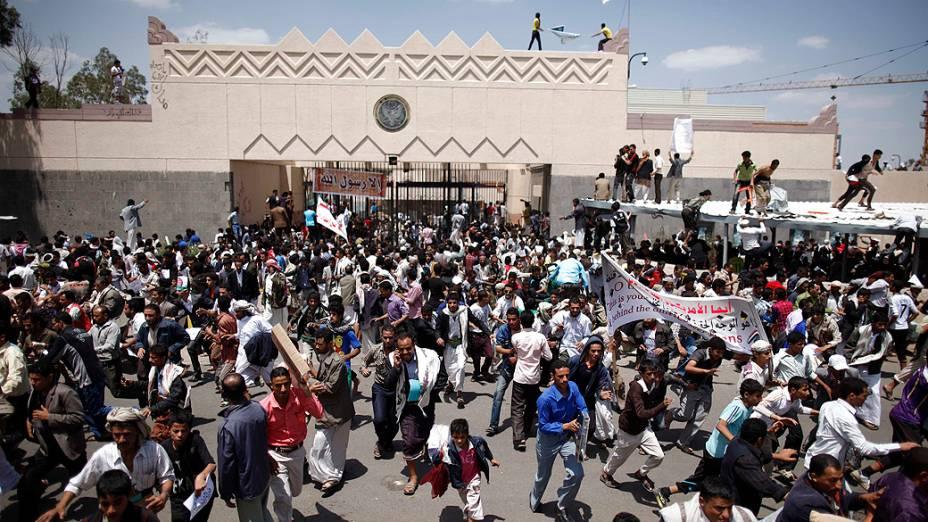 Centenas de manifestantes invadiram a embaixada dos Estados Unidos em Sana, no Iêmen, nesta quinta-feira (13)