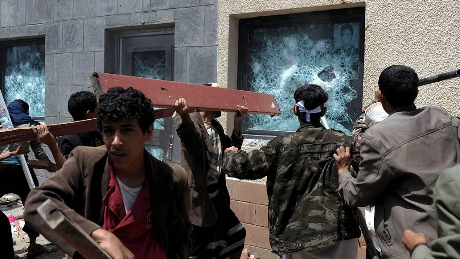 Manifestantes quebram janela da Embaixada dos EUA no Iêmen em protesto a vídeo considerado ofensivo