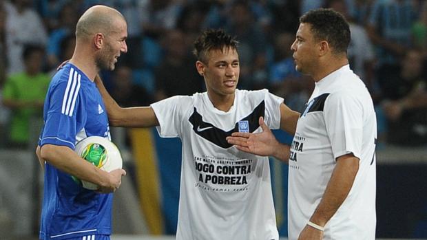 Zidane, Neymar e Ronaldo conversam antes do início do amistoso na Arena do Grêmio