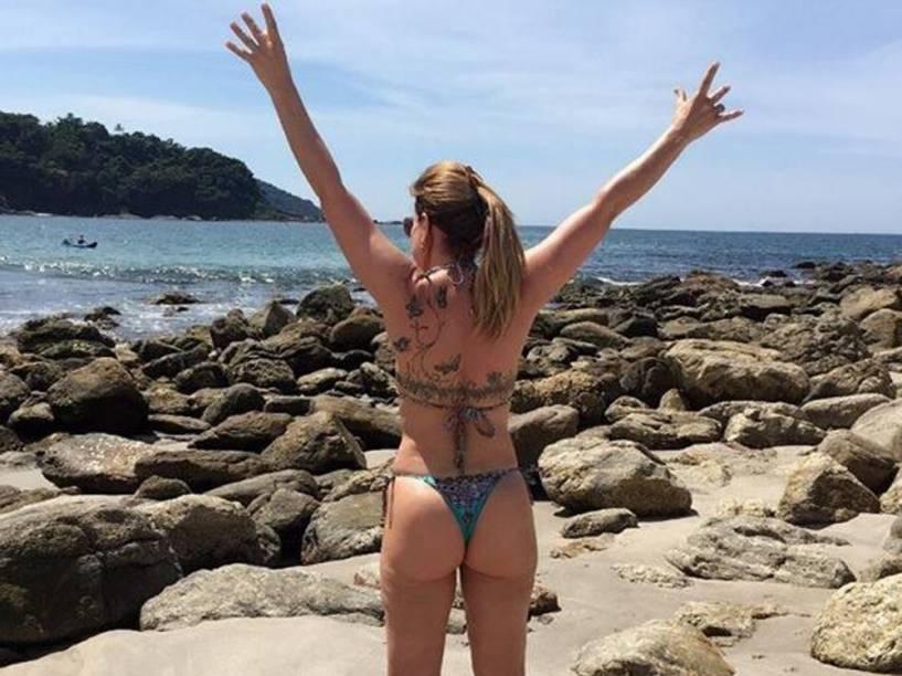 Zilu sensualiza em praia paulista