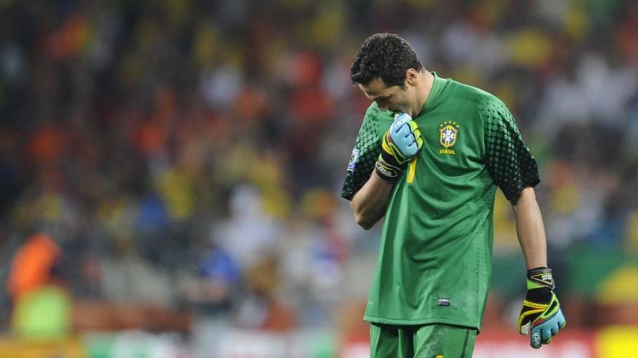 Júlio Cesar lamenta a derrota para a Holanda na Copa do Mundo de 2010