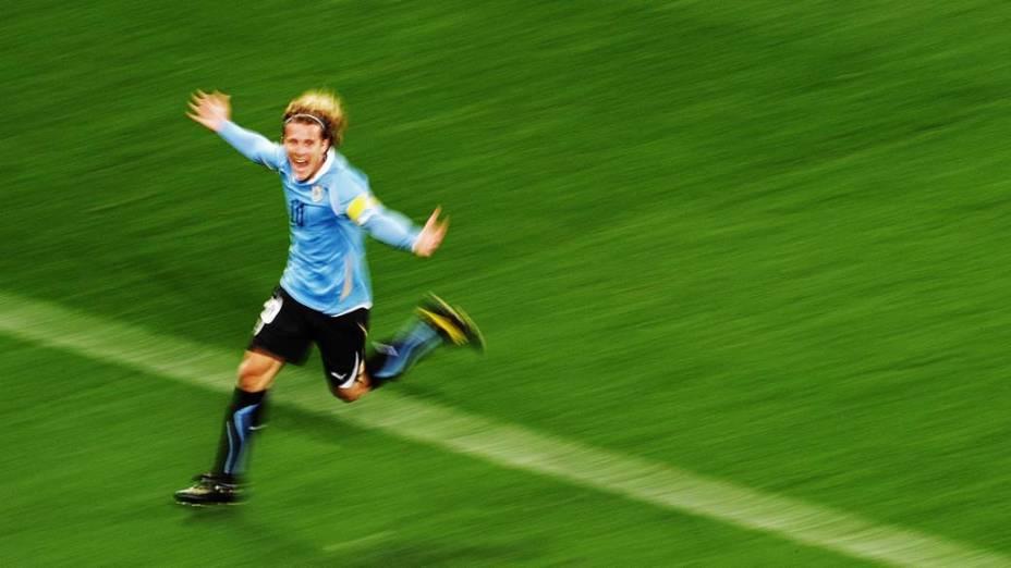 Diego Forlan comemora gol durante partida entre Holanda e Uruguai pelas Semifinais da Copa da África do Sul
