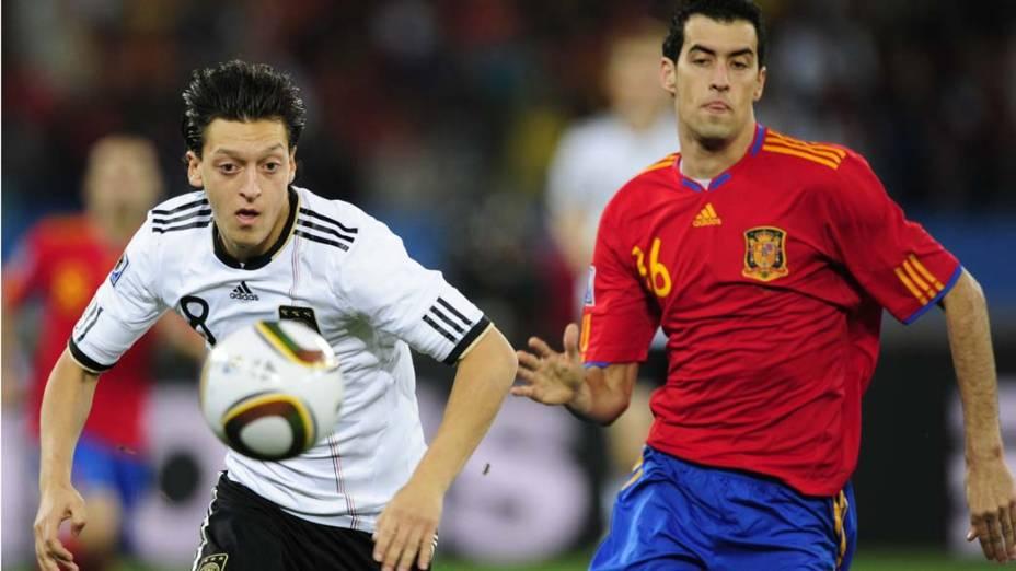 Lance entre Ozil e Sergio Busquets durante a partida Alemanha e Espanha pela Semifinal da Copa da África do Sul