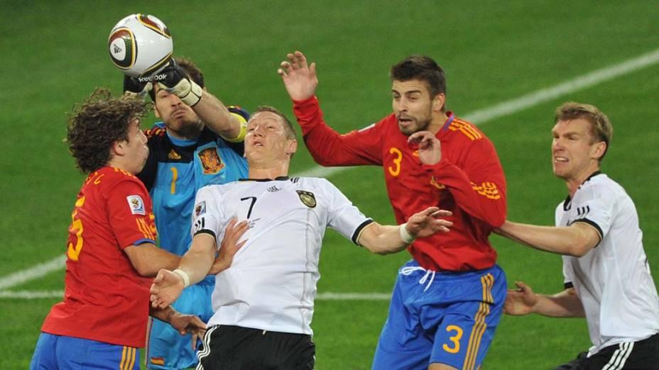 Goleiro espanhol Iker Casillas em lance com Schweinsteiger, Mertesacker, Puyol e Pique durante a partida Alemanha e Espanha pela Semifinal da Copa da África do Sul