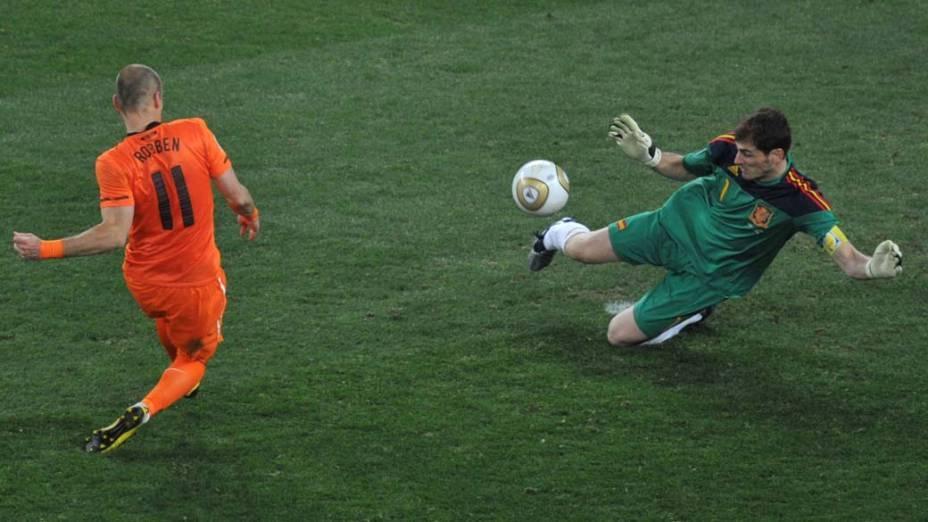 Iker Casillas defende chute de Arjen Robben durante a partida Holanda e Espanha pela Final da Copa do Mundo da África do Sul 2010