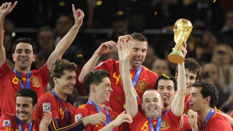 Iniesta, autor do gol do título, segura a taça conquistada pela Espanha na Copa do Mundo da África do Sul