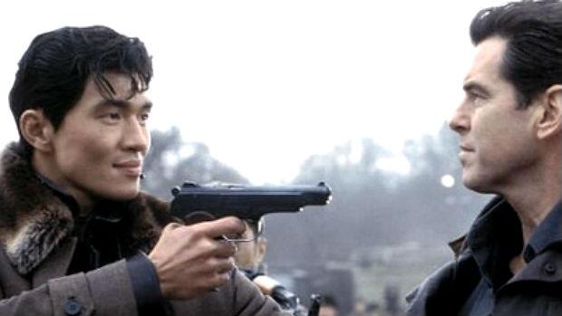 Pierce Brosnan e Rick Yune (que é americano, mas descendente de coreanos) em cena de <em>007 - Um Novo Dia Para Morrer</em>