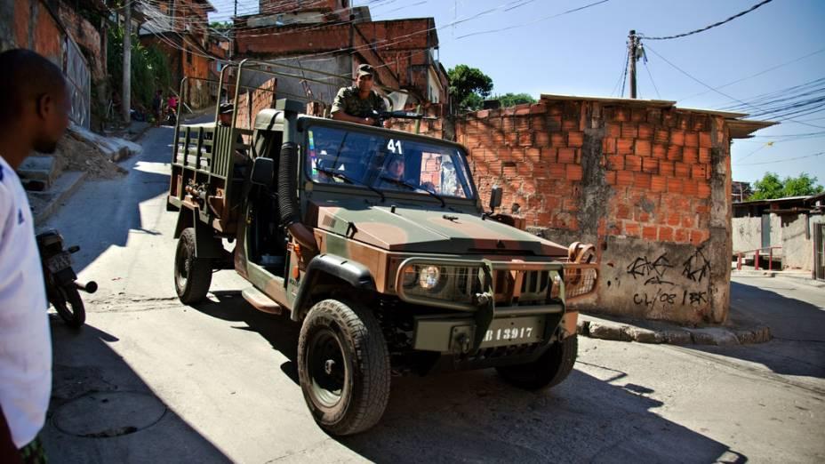 Equipe do exército ronda a comunidade Caracol, complexo da Penha, no Rio de Janeiro