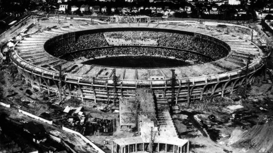 A construção do estádio do Maracanã, em 1950
