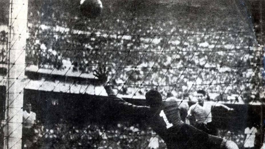 O atacante uruguaio Juan Schiaffino marca contra o Brasil na final da Copa do Mundo de 1950, realizada no Maracanã. Os brasileiros perderam o mundial diante de um público de mais de 173.000 pessoas
