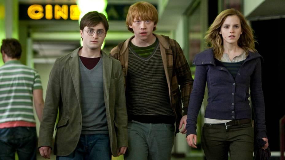 Nove anos depois, em 2010, Harry Potter (Daniel Radcliffe), Ron Weasley (Rupert Grint), Hermione Granger (Emma Watson), em <em>Harry Potter e as Relíquias da Morte</em>