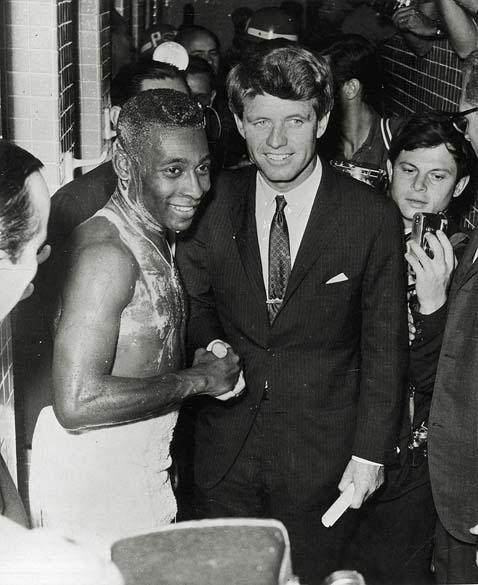 Robert Kennedy foi até os vestiários cumprimentar o jogador Pelé após o amistoso entre Brasil e a extinta União Soviética, em 1965