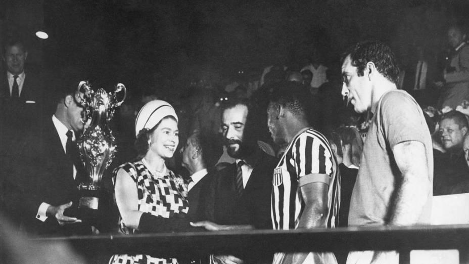 A  Rainha da Inglaterra, Elizabeth II, cumprimenta o jogador Pelé, no estádio do Maracanã em 1968